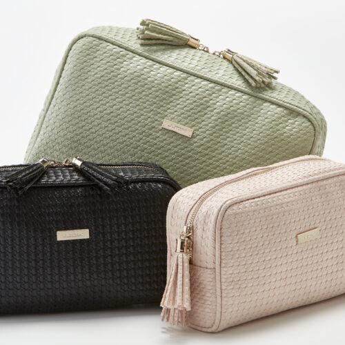 Ein Set an Necessaires und Kosmetiktaschen von JJDK und Trisa Accessoires, in den Farben schwarz, rosa und lindengrün, auf weissem Hintergrund.