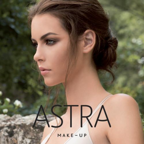 Eine junge Frau in der Natur, die zur Seite blickt, trägt Astra Make-up von Trisa Accessoires