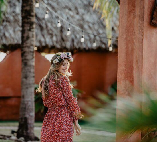 Eine junge Frau mit Blumenkranz von CELEBRIDE Trisa Accessoires und Blumen Kleid, in Panama unterwegs