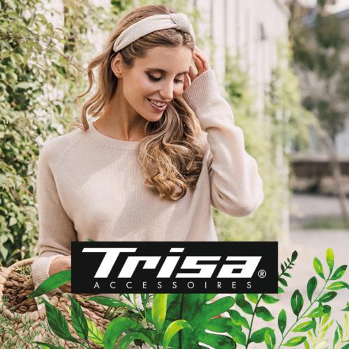 Eine junge blonde Frau trägt Haarschmuck von Trisa Accessoires, ist im grünen Stadt Park unterwegs, trägt einen Bast Korb, Nachhaltigkeit ist ihr wichtig