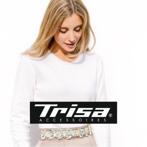 Junge blonde Frau, mit Blick nach unten, trägt Trisa Fashion Haarschmuck, vor weisser Wand.