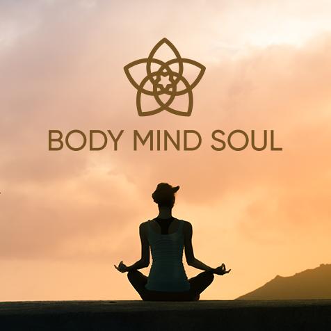 Frau sitzend im Yoga Schneidersitz, in der Dämmerung, in Achtsamkeit, trägt Haarschmuck Body Mind Soul von Trisa Accessoires