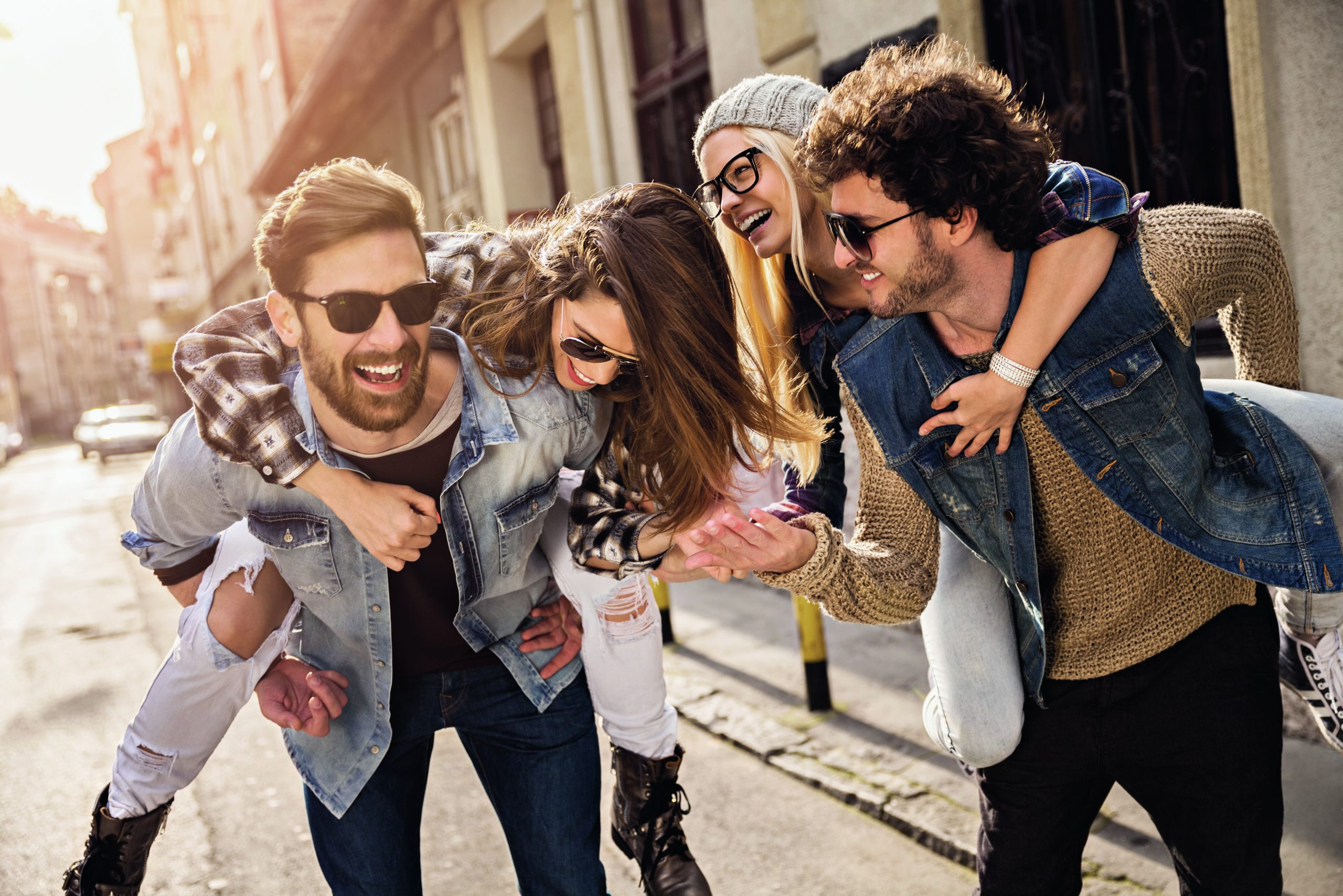 Eine Gruppe von jungen Freunden in der Stadt, bereit die Welt der Brands von Trisa Accessoires zu entdecken.