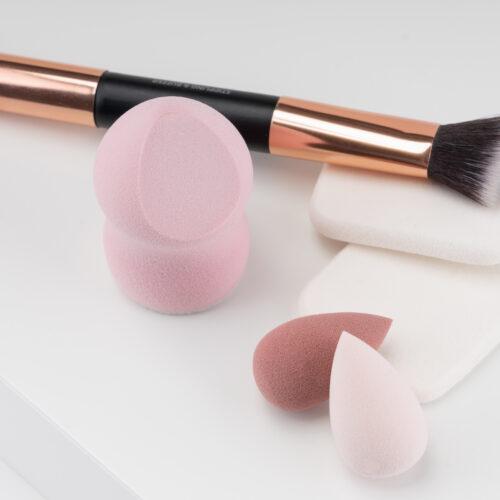 Ein Set an Beauty-Tools von Trisa Accessoires, bestehend aus Schminkpinsel und Kosmetikschwämmen, auf weissem Hintergrund.
