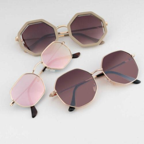 Drei hexagonale Sonnenbrillen mit getönten Gläser von Trisa Accessoires auf weissem Hintergrund.
