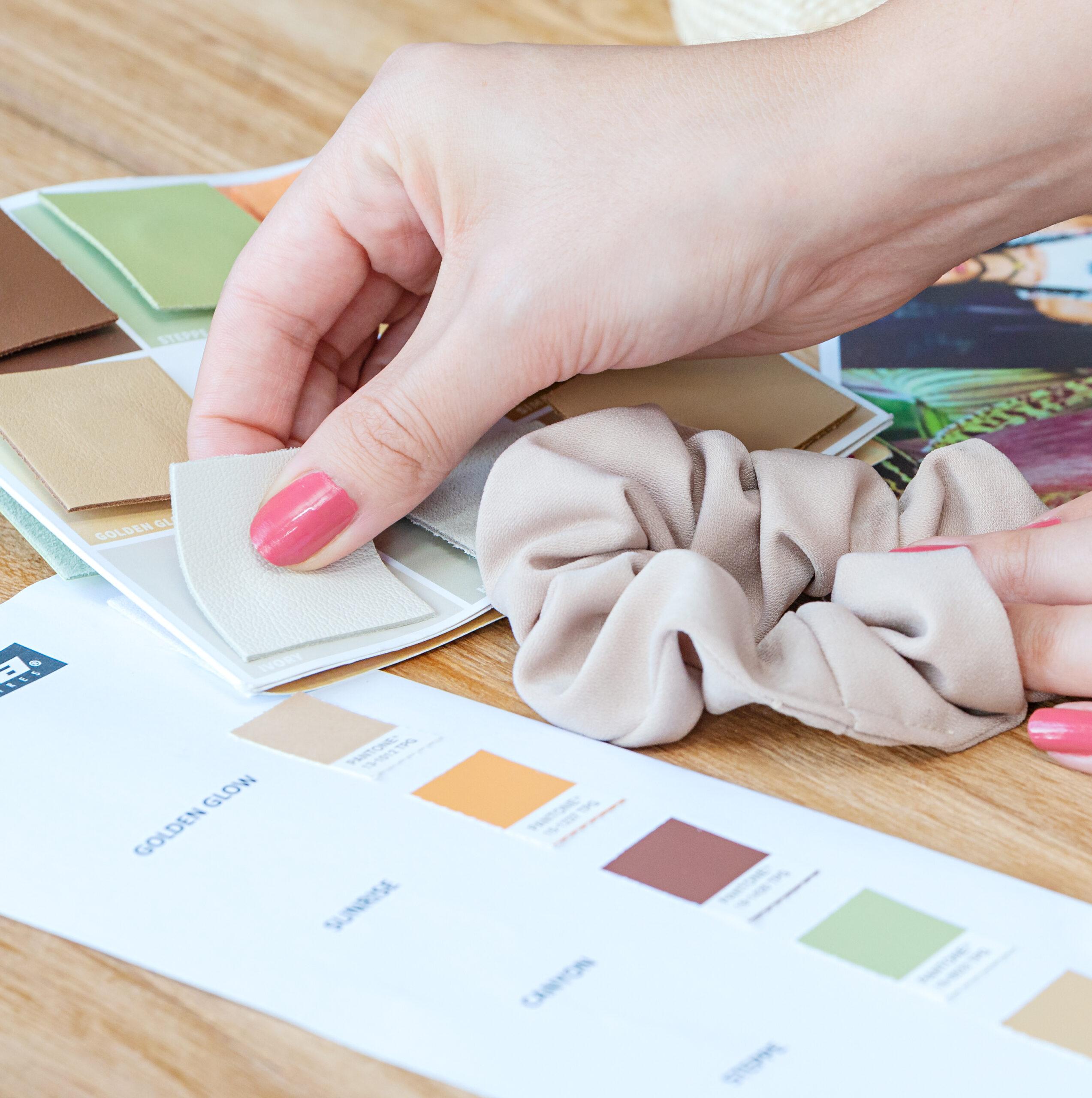Sortimentsgestaltung einer Haarschmuck Linie von Trisa Accessoires, Abstimmung der Farben, auf Holztisch