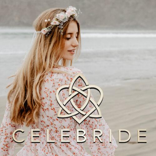 Junge, blonde Frau tägt einen Blumenkranz von CELEBRIDE Trisa Acessoires, bewegt sich am Strand von Ibiza in luftigem Kleid